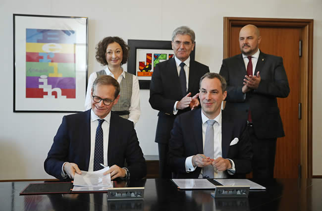 The signing of the Siemensstadt 2.0 future pact. From left-to-right: First row: Michael Müller, mayor of Berlin; Cedrik Neike, Member of the Managing Board of Siemens AG, Region Asia/Australia, Energy Management Division; Second row: Ramona Pop, Senator for Economy, Energy and Enterprises; Joe Kaeser, President and CEO of Siemens AG and Frank Bewig, District Councilor for Building, Planning and Health. Picture source - copyright Siemens